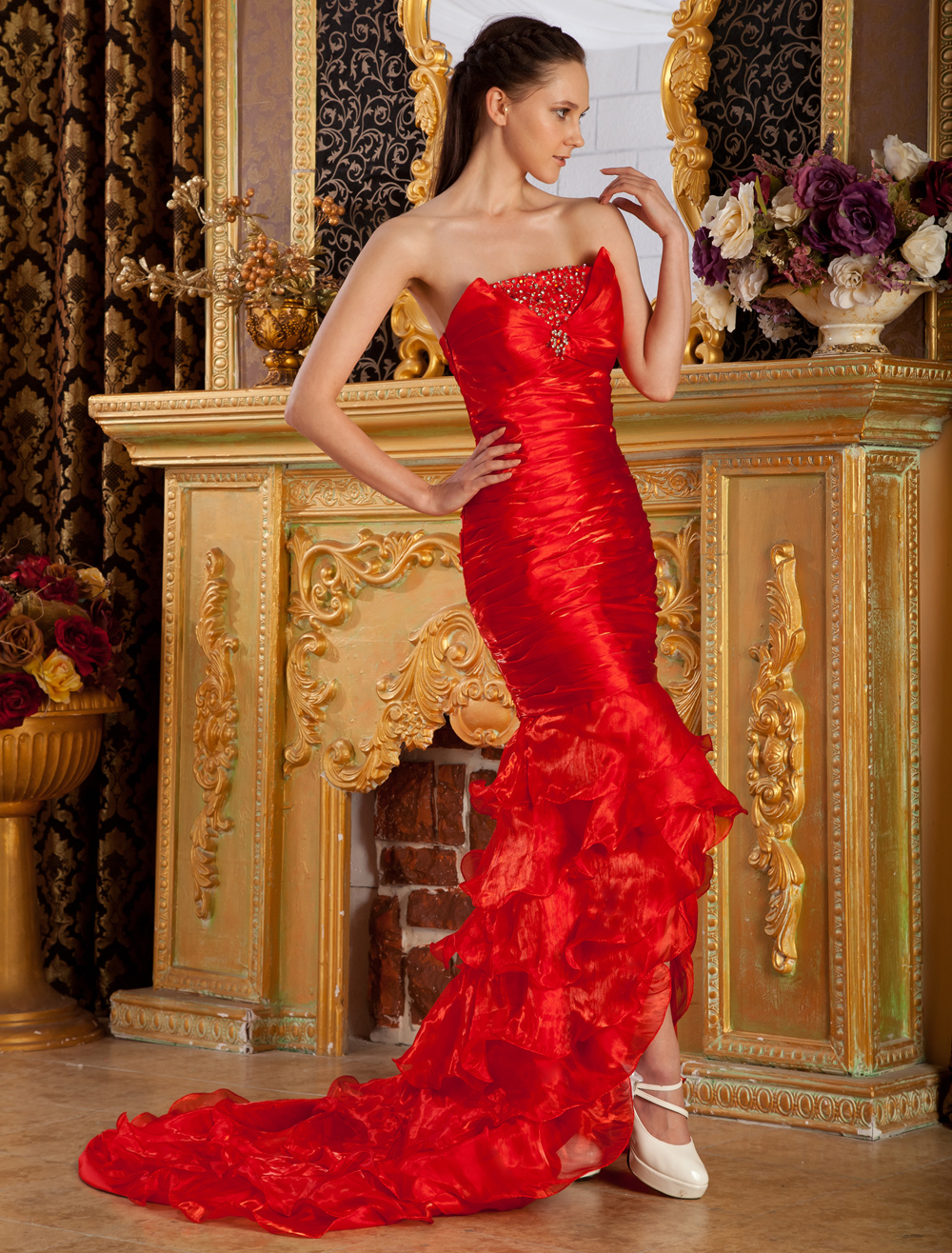 trägerloses abendkleid aus tüll in rot