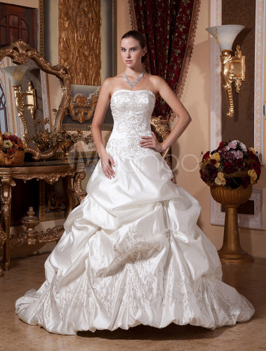 robe de mari e fabuleuse boule en satin ivoire avec perles