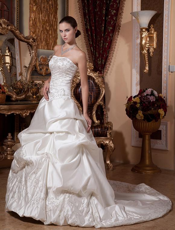 Robe de mari e fabuleuse boule en satin ivoire avec perles for Robes de mariage en argent