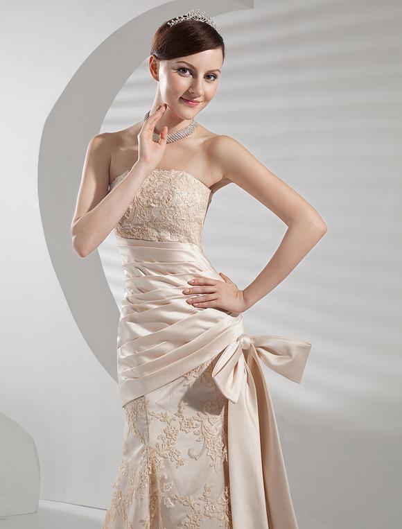 Wunderschönes A-Linie-Brautkleid aus Satingewebe und trägerlosem ...