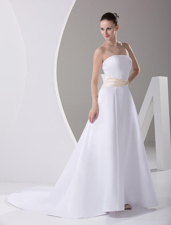 vestido de novia de satén con escote palabra de honor y pedrería de