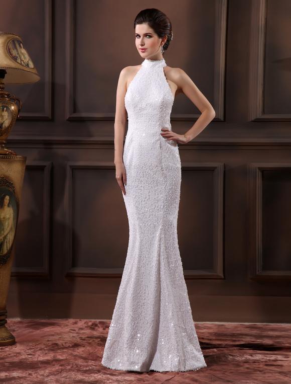 vestido de novia de color blanco con lentejuelas y cuello alto de