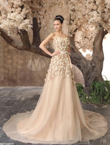 Elegantes Brautkleid mit Blüten und Kapelle-Schleppe in ...