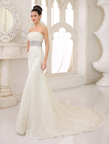 vestido de novia de satén con escote palabra de honor y aplicación