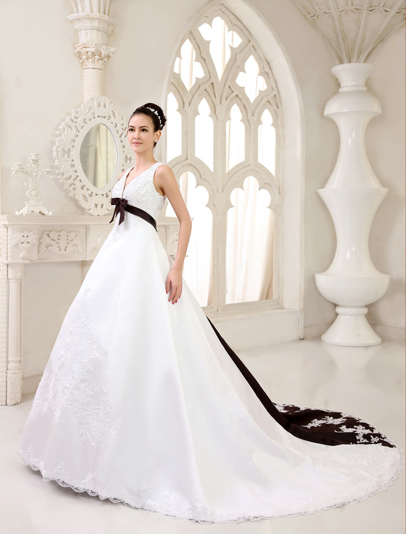 9fae047d1d46 ... Abito da sposa con scollo a V bianco moderno di pizzo con cintura e  cerniera ...