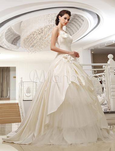 vestido de novia de satén de color marfil sin tirantes de cola larga