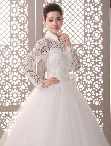 vestido de novia de color marfil con cuello levantado de estilo