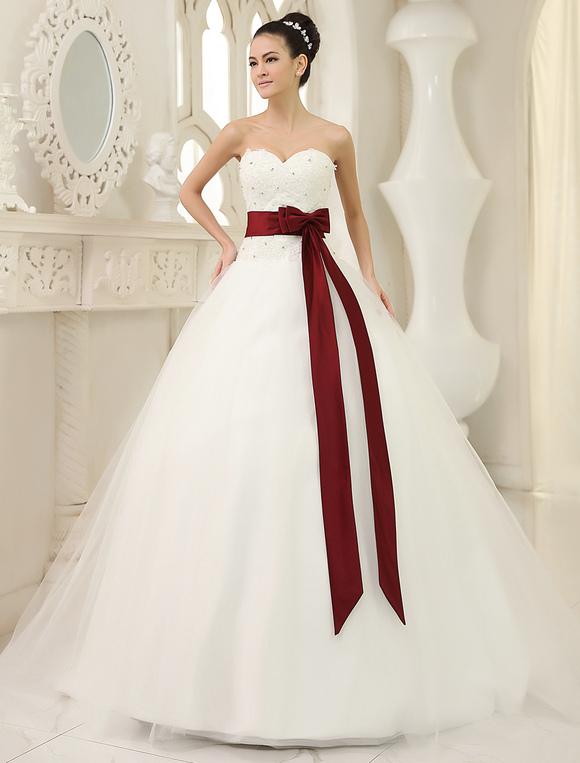 Vestido de novia con lazo rojo