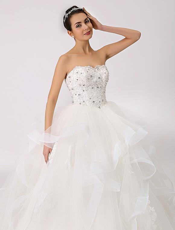 vestido de novia de tul con escote palabra de honor y pedrería