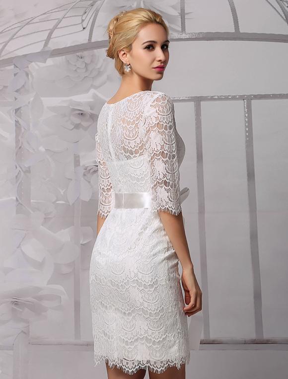 Elegantes Etui-Brautkleid aus Spitze und Rundkragen und Gürtel ...