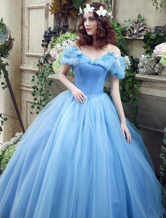 fa6a042a10cc ... Cenerentola in organza blu con tulle e abito da ballo con scollo a  barchetta. 12