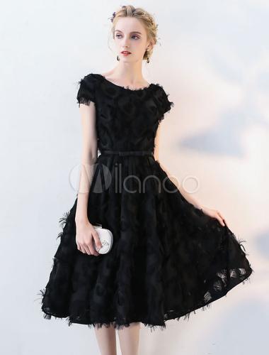 ... Vestito da Cocktail nero di pizzo a sirena al ginocchio con scollo  tondo maniche corte di ... 9f34f1e8464