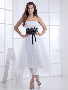 Abbigliamento da sposa bianco chic & moderno in tulle drappeggiato senza spalline