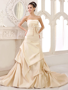 Vestido de novia de satén con escote palabra de honor y pliegues de cola larga