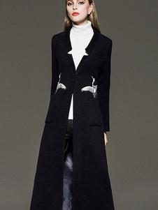 Abrigo lana llana con escote Ilusión color liso con bordado estilo moderno