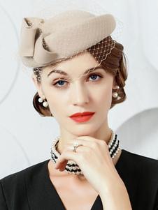 As mulheres retros do chapéu de lãs iluminam o tampão marrom com os acessórios do traje do vintage do véu