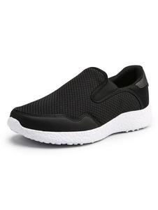 Deslizamento do dedo do pé redondo da malha das sapatilhas dos homens negros em sapatas Calçados casuais