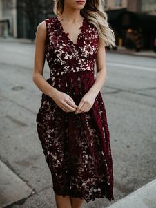 Кружевное платье с бретельками и V-образным вырезом без рукавов