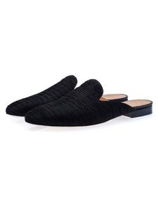 Черная обувь бездельника мужчины надевают обувь ползунка