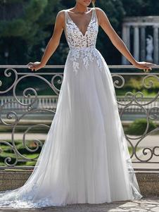 Простое свадебное платье с V-образным вырезом без рукавов и кружевной аппликацией из тюля