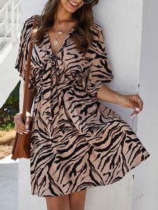 Vestido de verão com decote em v camelo plissado animal impressão poliéster vestido de praia