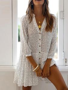 فستان صيفي بياقة على شكل حرف V أبيض منقط
