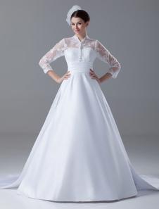 Vestido de noiva linha-A em cetim e renda de manga comprida com cauda e detalhe de faixa na cintura
