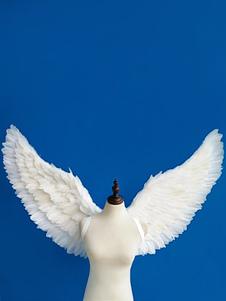 O anjo voa acessórios brancos do traje das mulheres do Dia das Bruxas da pena do traje