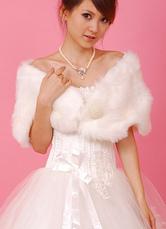 Chal blanco de piel sintética con cuentas para novias