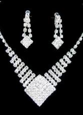 Set de joyería blanca(collar y pendientes)