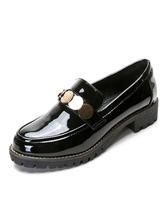 Zapatos de mujer negros con punta redonda y detalle de metal en zapatos planos