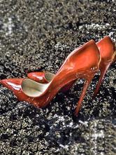 Красные туфли на высоком каблуке с точечным пальцем PU на скамье подсудимых