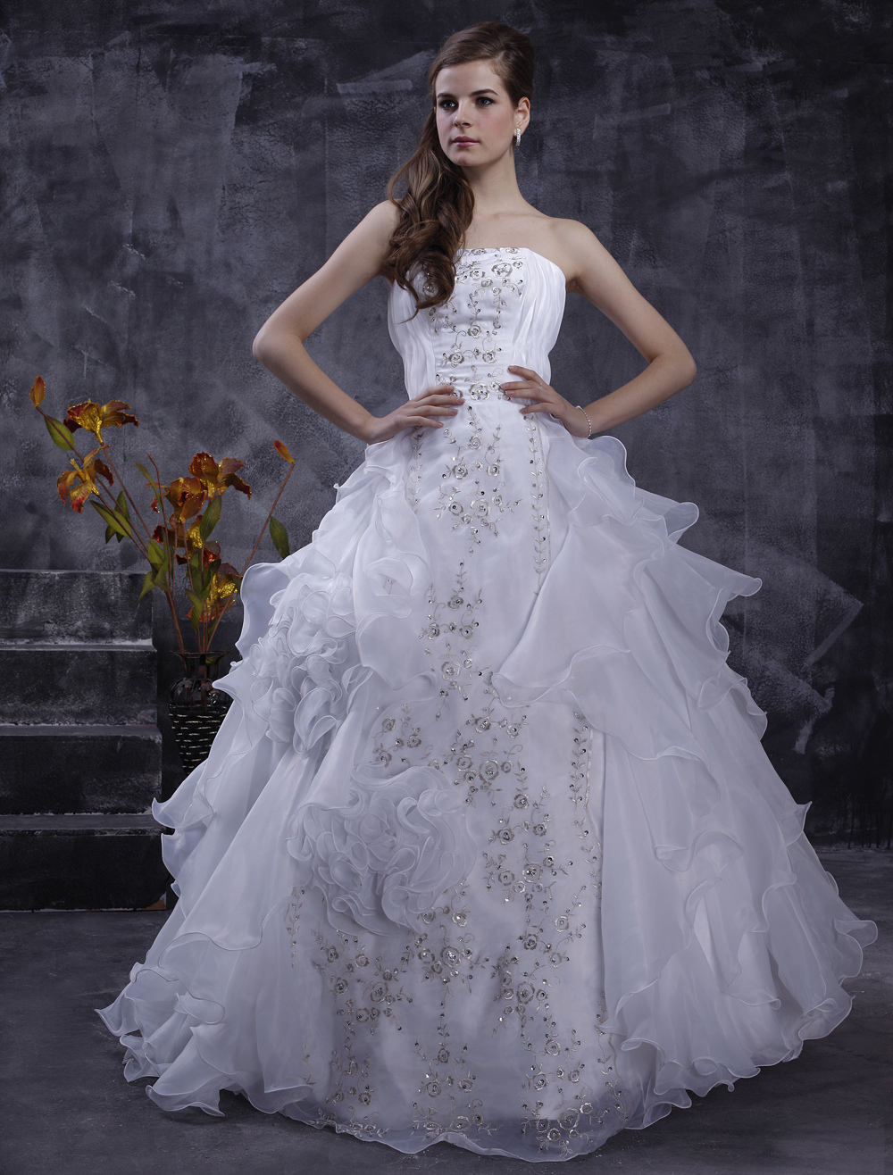 White Wedding Dresses Strapless Organza Bridal Gown Ruffles Tiered Lace Embroidered Sequin Floor Length Wedding Gown
