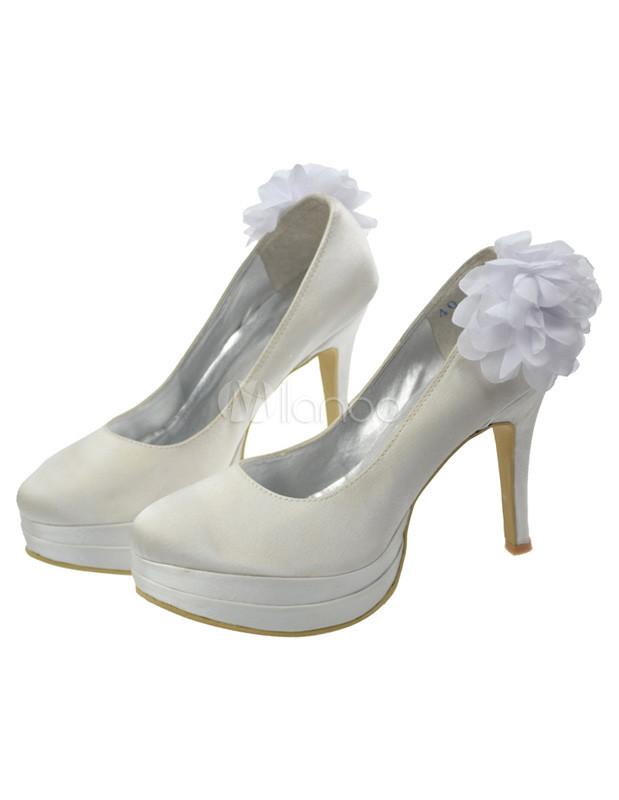 wei e plateau pumps mit blumen applikation und high heels. Black Bedroom Furniture Sets. Home Design Ideas