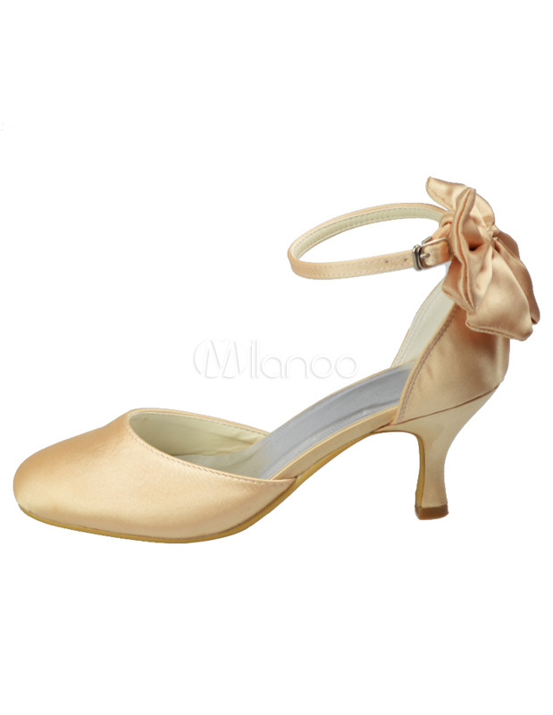 zapatos de novia de satén de color champaña con flor de estilo