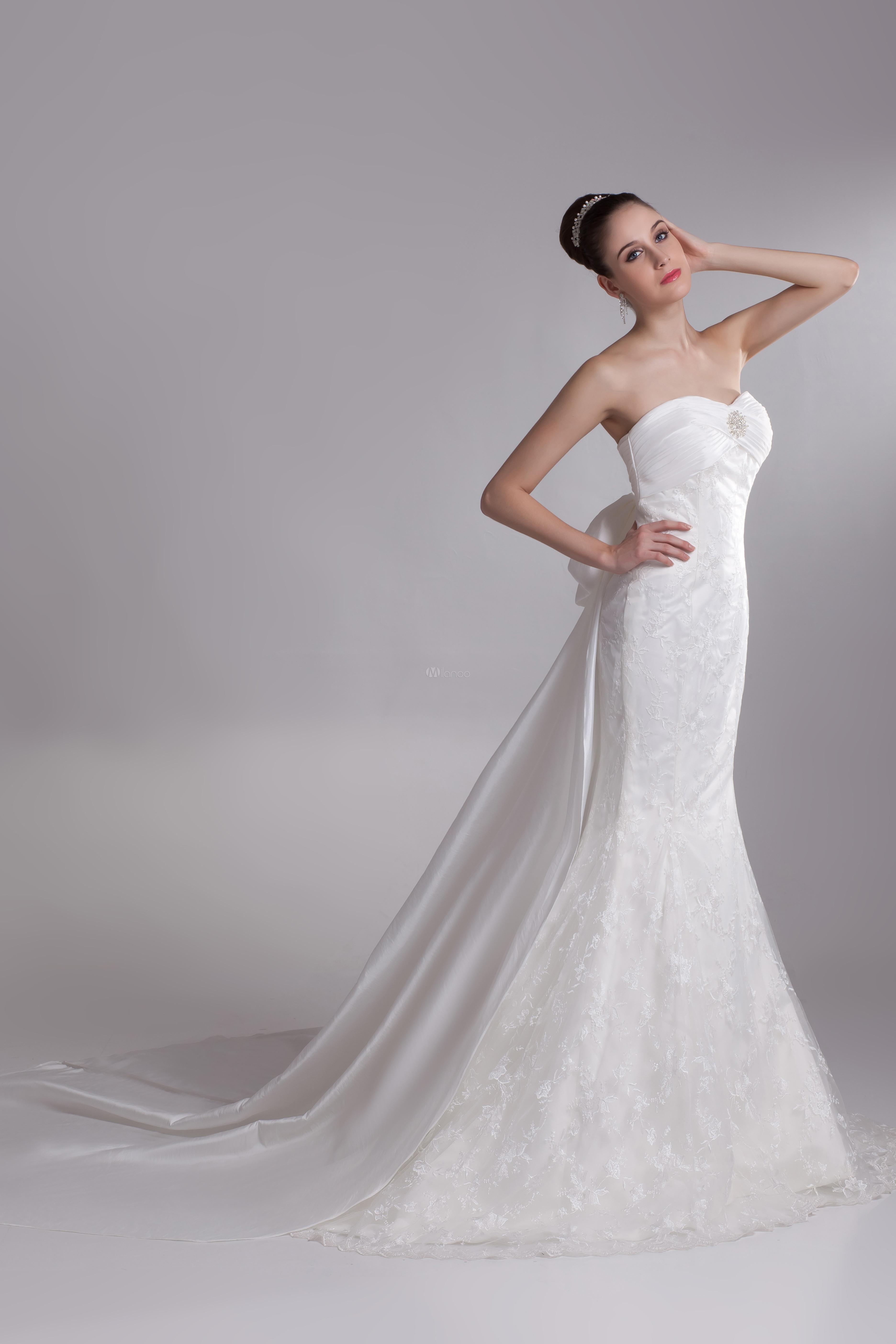 5bf4a31c9 ... Vestido de novia marfil con encajes y escote de corazón de cola larga  de estilo Sirena ...