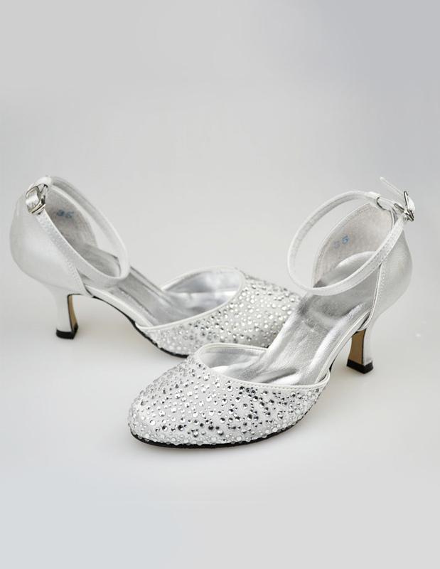 zapatos plateados de novia de satén con cristal de estilo clásico
