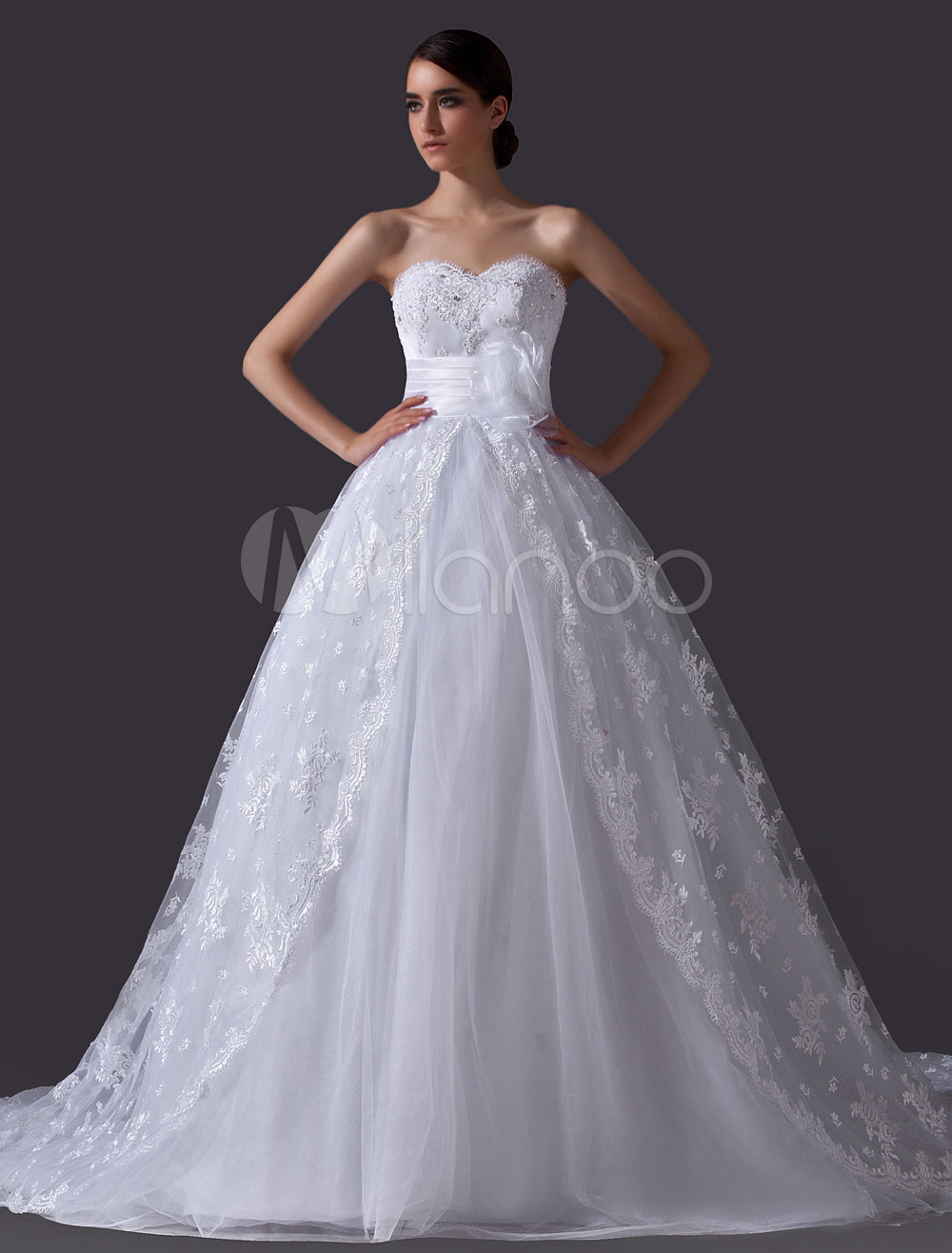 Classic White A-line Sweetheart Neck Wedding Dress with Flower Lace Design