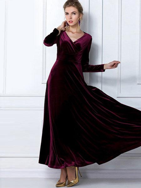 robe maxi en velours de soie de col v et manche longue. Black Bedroom Furniture Sets. Home Design Ideas