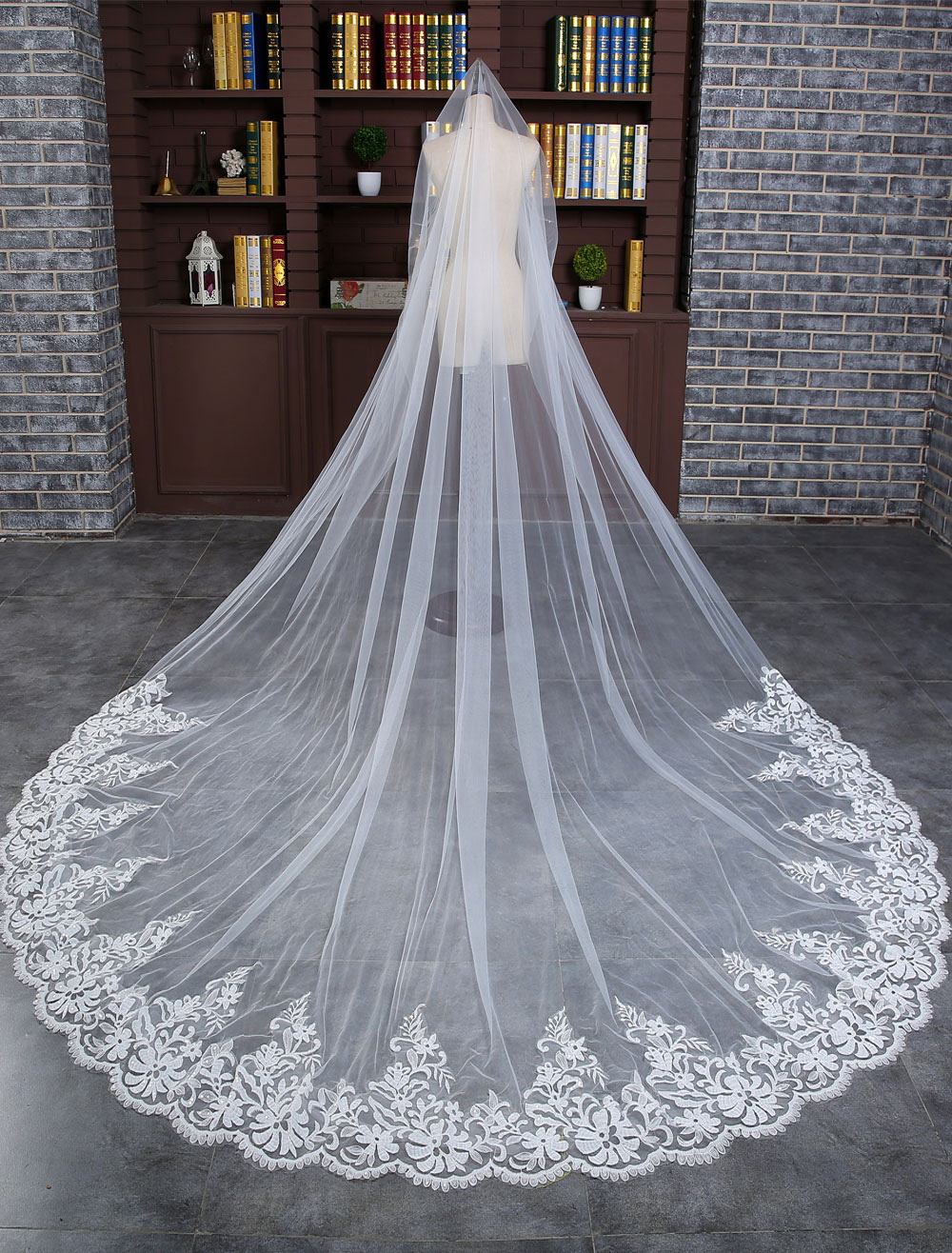 Lace Wedding Veil Ivory One-tier Oval Lace Applique Edge Sequin Bridal Cathedral Veil With Comb