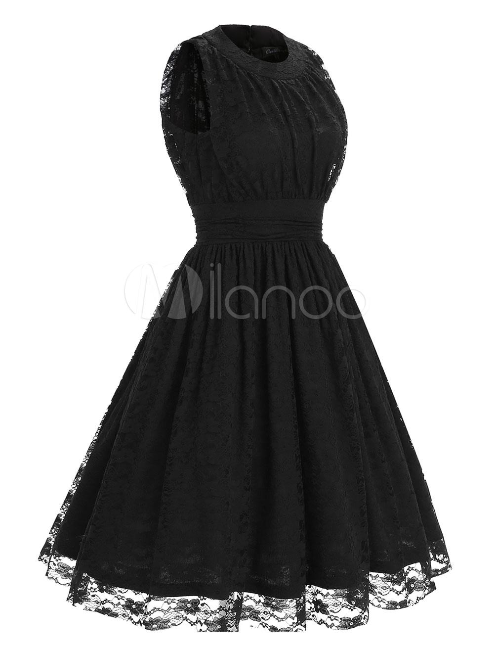 klassisches kleid aus spitze mit rundkragen und senkrechten falten