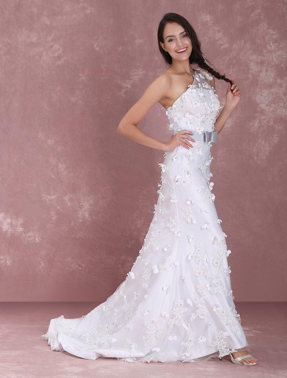 Elegantes Einschulter-Brautkleid mit Gürtel und Blumen-Applikation ...