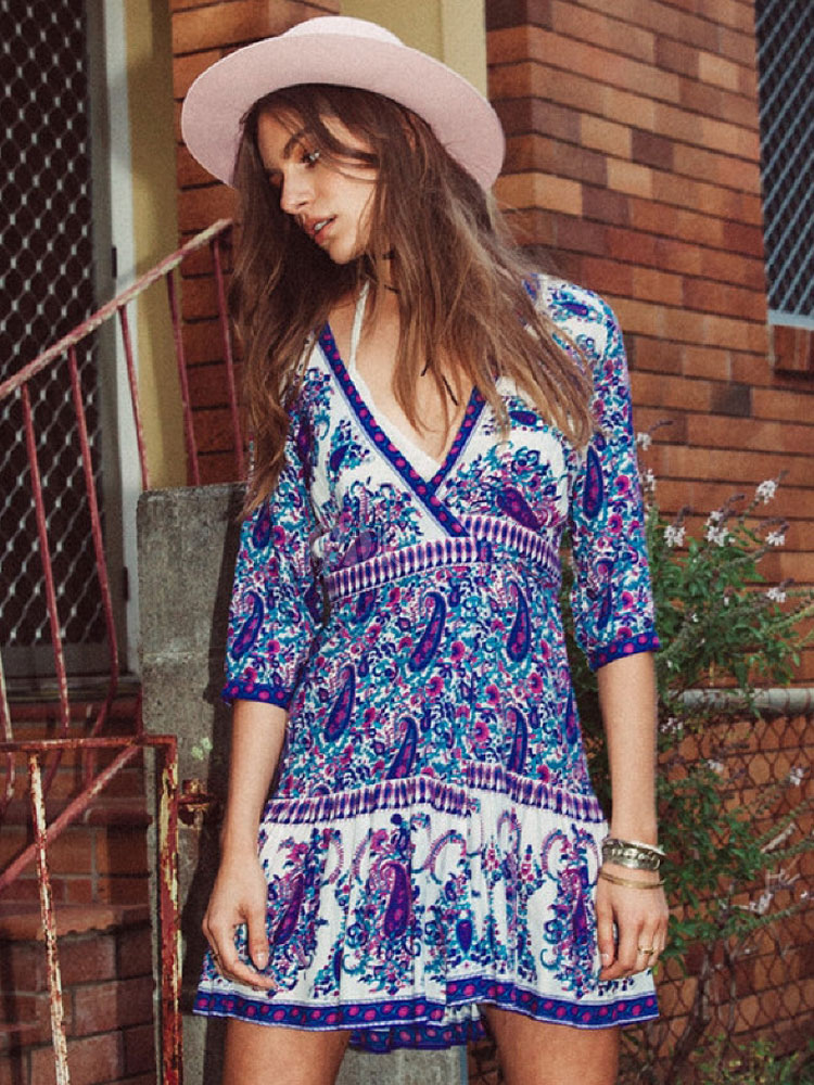 Las mujeres visten el vestido azul de la primavera del estampado ...