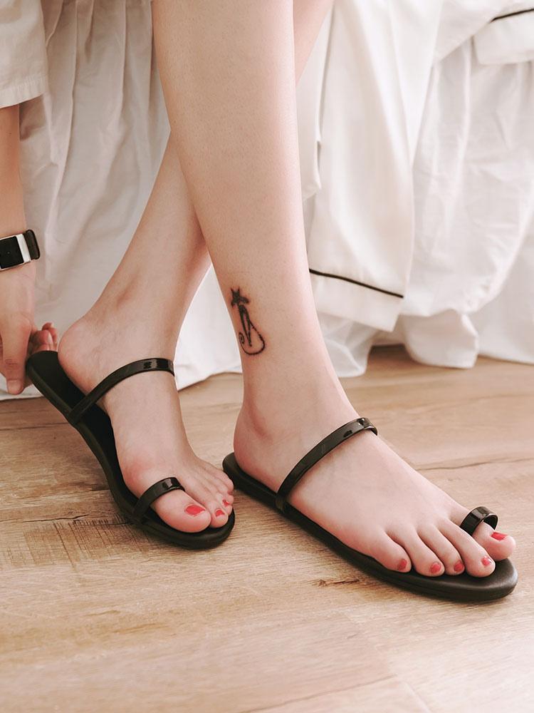sadalias blancas planas chancleta con anillo de dedo de pie de mujer PMVt17Wo