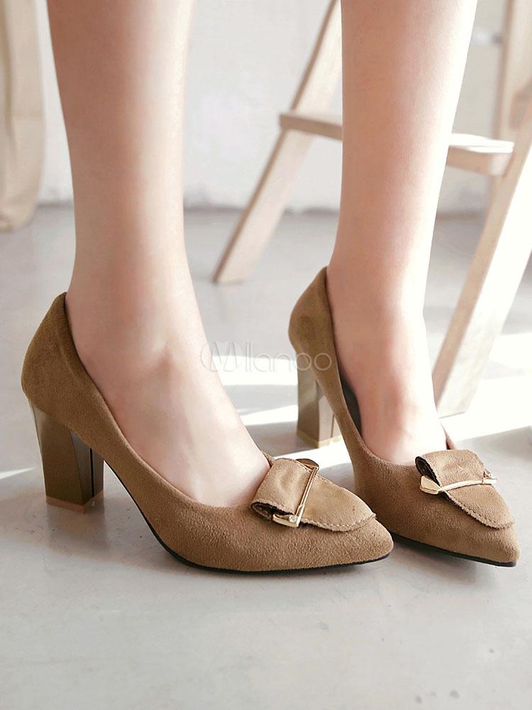 Zapatos de tacón alto de color marrón con punta de gamuza con detalle de metal en las bombas para mujeres cqY84Pk
