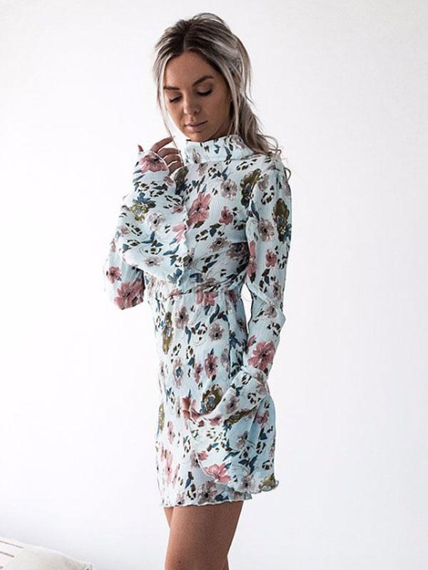 Hellblaues figurbetontes kleid