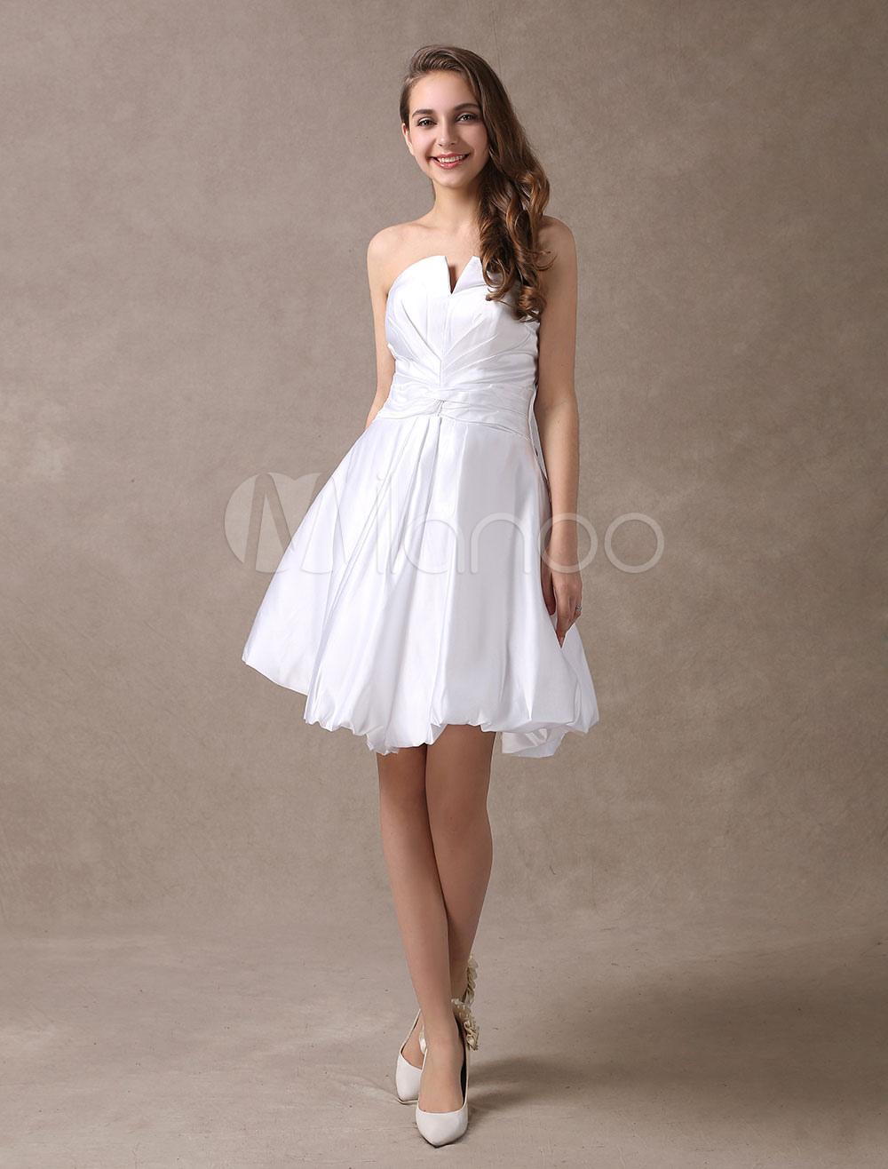 Verspieltes Mini-Brautkleid aus Satin mit V-Ausschnitt in Weiß ...