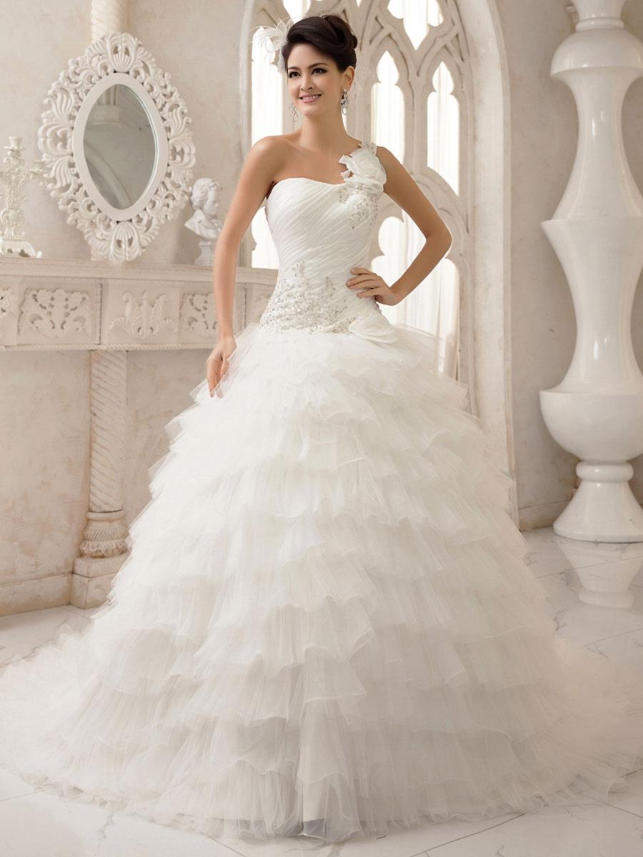 Robe de mariée aux volants avec une bretelle