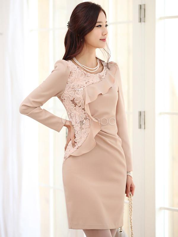Hübsches Kleid aus Kunststoff mit zappelnden Rüschen in perlendem ...