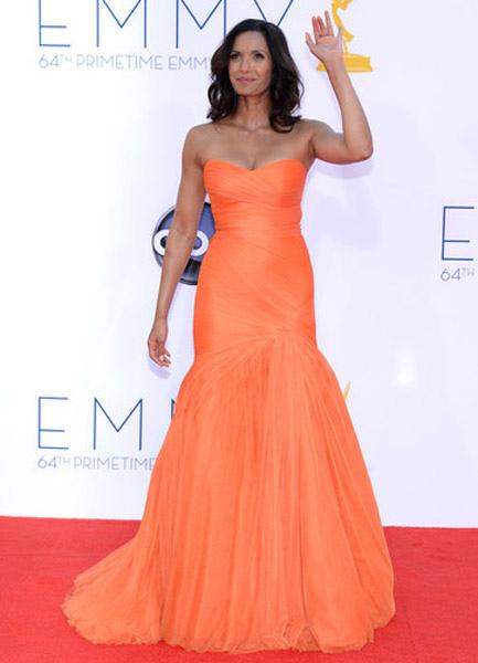 timeless design b149e 54ec3 Abito da Emmy Awards arancione a pieghe senza spalline a sirena smanicato  con strascico elegante di organza